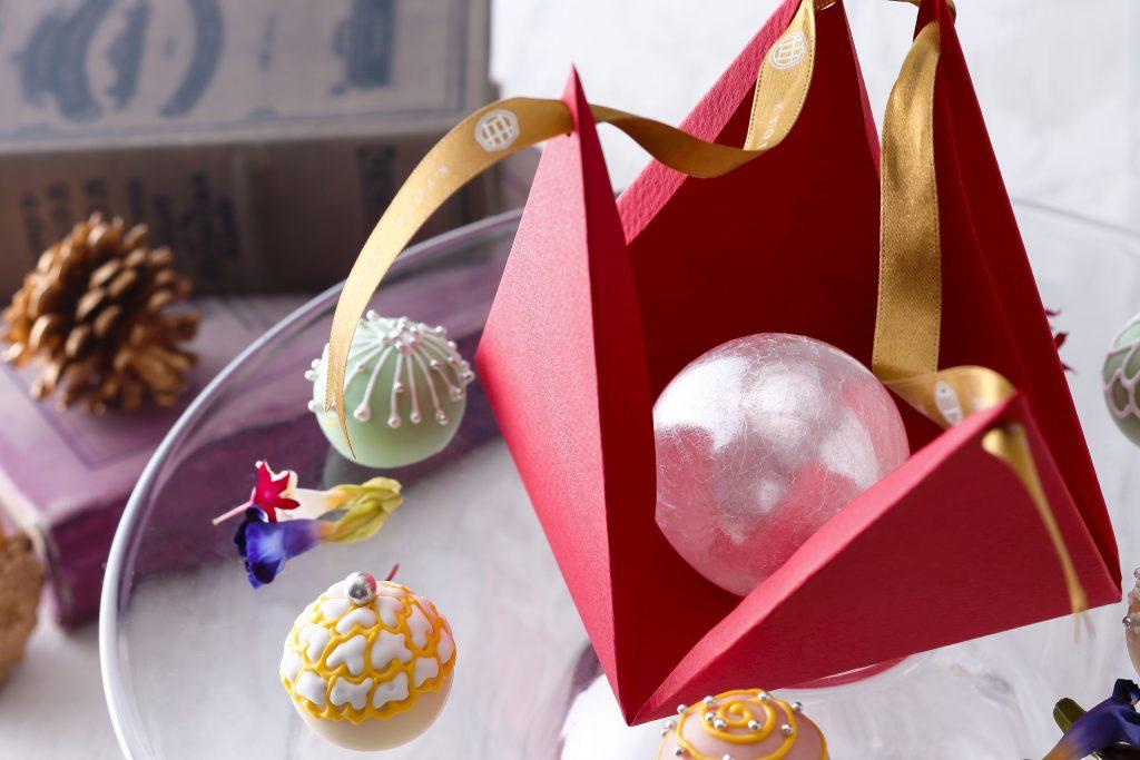 プレゼントボックスを開けると輝く飴のオーナメントが