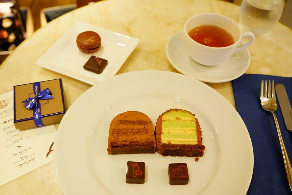 「ビュッシュ プティ トラン」(ケーキ左側)と「ビュッシュ キョウト」(右側)