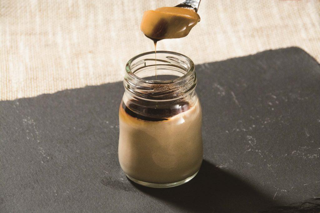 「きなこ」「黒蜜」「葛」日本伝統の味。きな粉の風味がたまらない「黒蜜きなこ葛ぷりん」