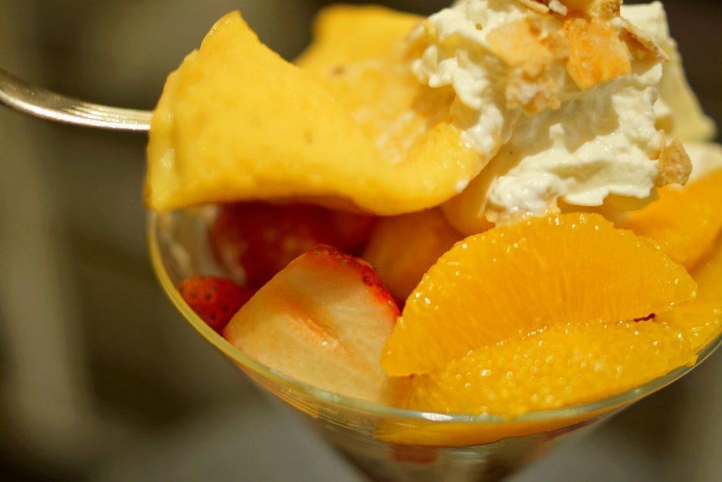 苺とオレンジのクレープシュゼットパフェ