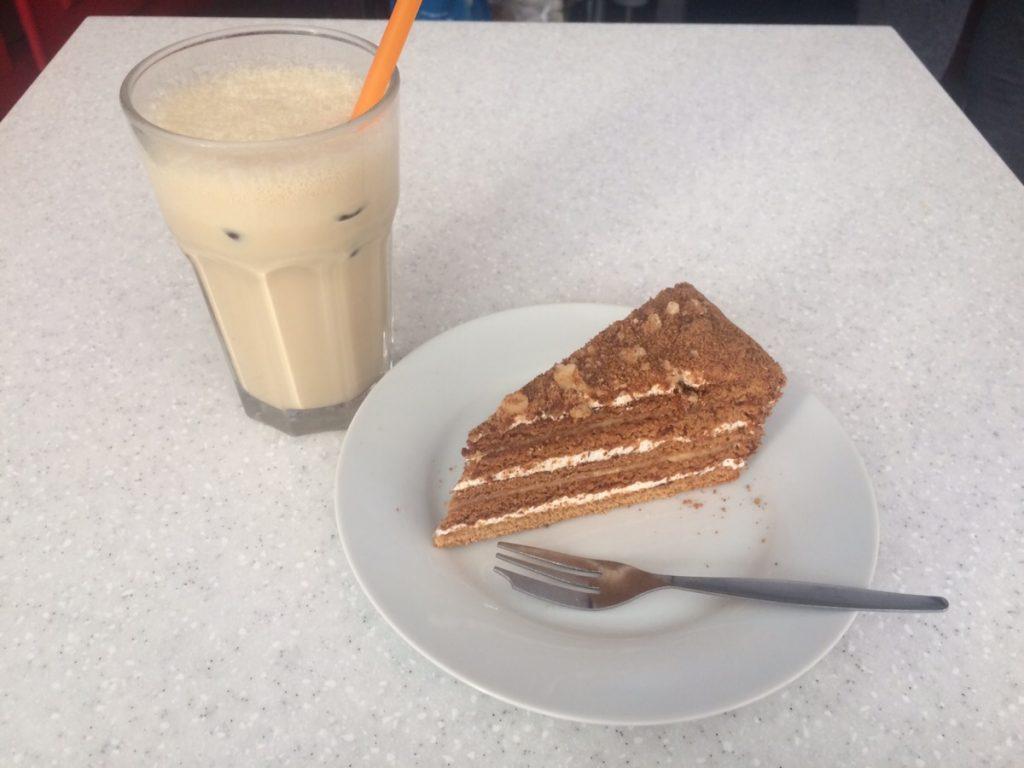 Medovníkと無糖のコーヒー